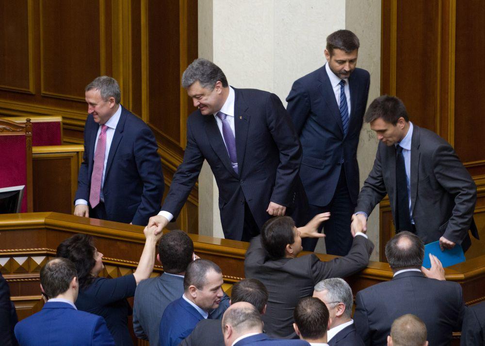 Депутаты здороваются с президентом Украины