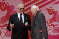 Президент Московского международного кинофестиваля Никита Михалков (слева) и режиссер Владимир Наумов.