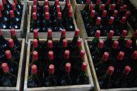 Целый контейнер с нелегальным алкоголем обнаружили транспортные полицейские и сотрудники ФСБ.