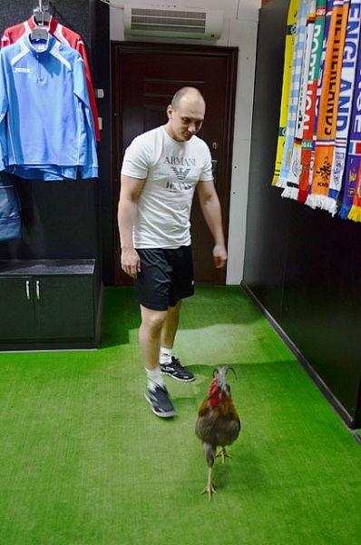 Иван Самышкин говорит, что Мессинг любит прогуляться по помещению, когда приходят гости.