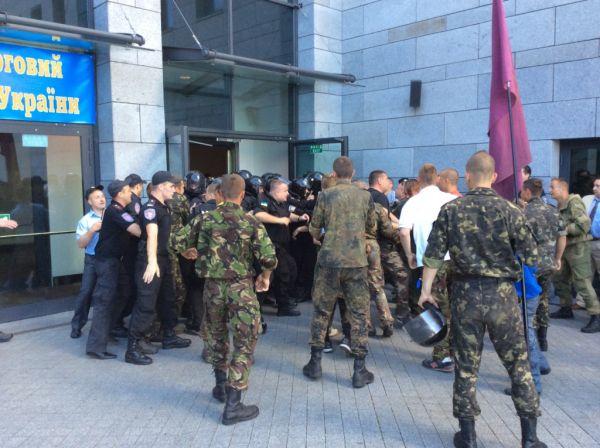 Драка сотни Майдана и милиции перед съездом судей в Киеве