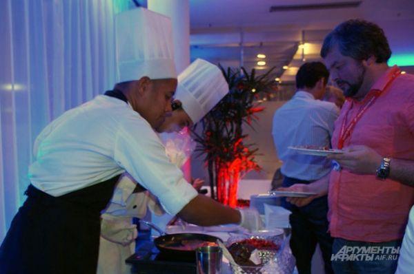 Местные повара угощают блинами посетителей VIP-зала «Русского дома».