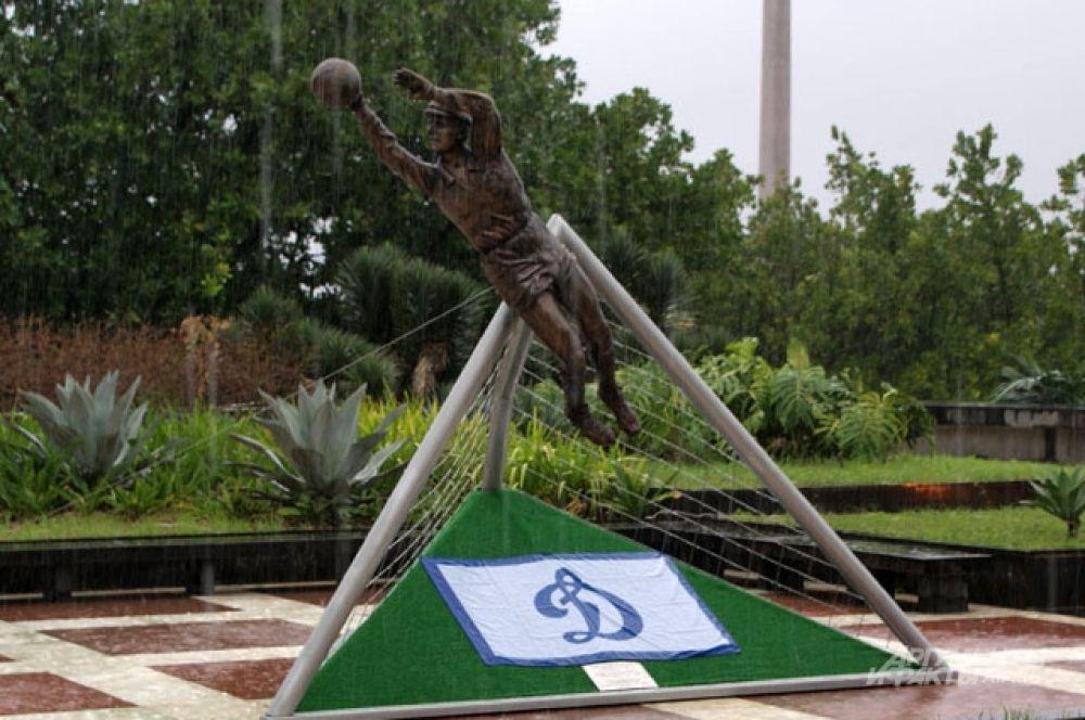 Памятник Льву Яшину.