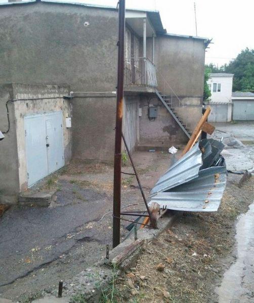 Поврежденный ветром забор в Алуште