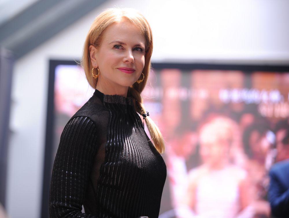 Николь Кидман, чья мама когда-то заболела раком груди, из-за чего юная актриса вынуждена была оставить обучение в школе и на какое-то время посвятила себя домашним заботам, участвует в кампаниях по борьбе с раком груди и помощи беспризорным детям.