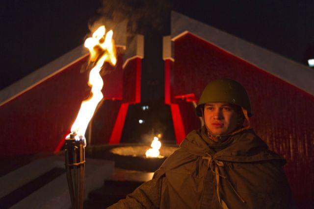 Участник акции «Свеча памяти» в День памяти и скорби.