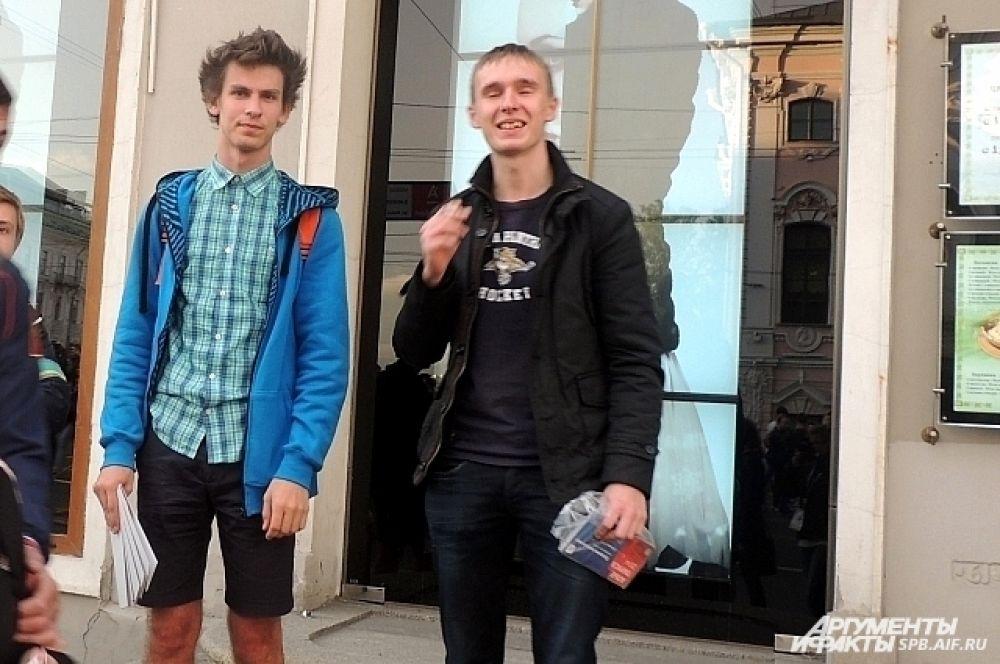 Выпускники продавали билеты на Невском проспекте.