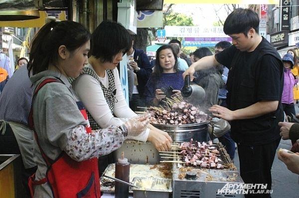 Не смотря на обилие закусочных, уличная торговля фаст-фудом идёт бойко.