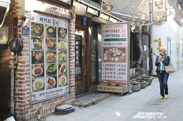 Вдоль сеульского арбата располагаются многочисленные закусочные.
