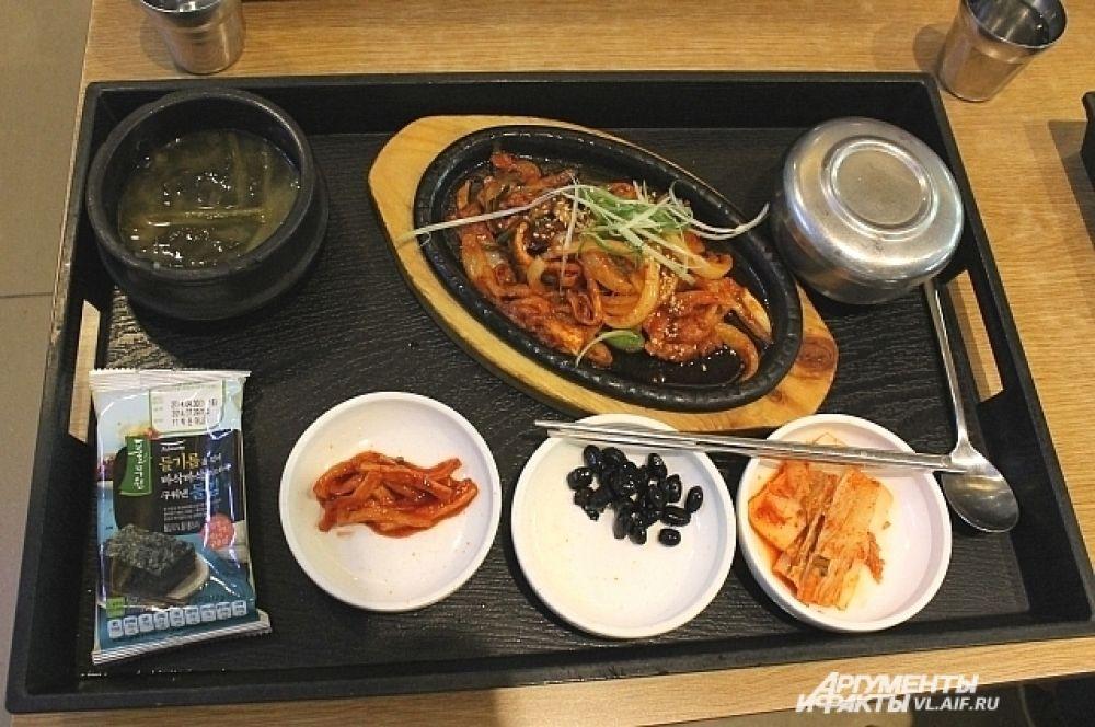 Самое приятное в корейской кухне - заказываешь одно блюдо, а к нему подают ещё несколько.