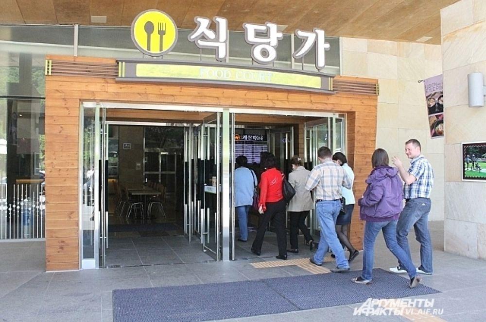По пути туристов завезли в придорожное кафе.