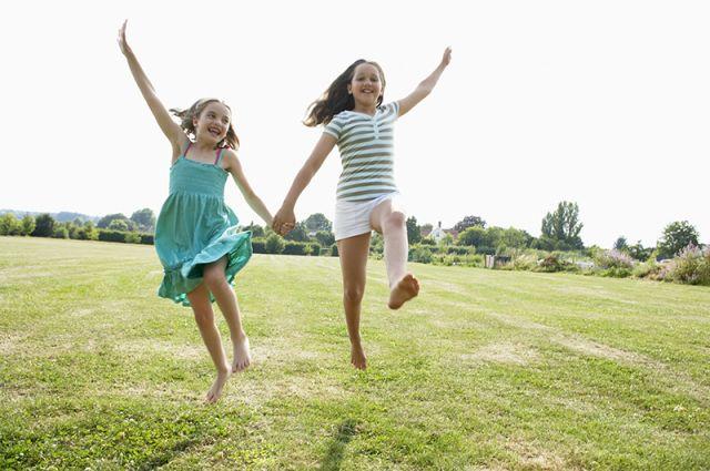 Чем полезно ходить босиком по траве