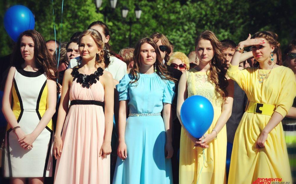 В конце церемонии старшеклассники выпустили в небо воздушные шары, загадав при этом главные желания