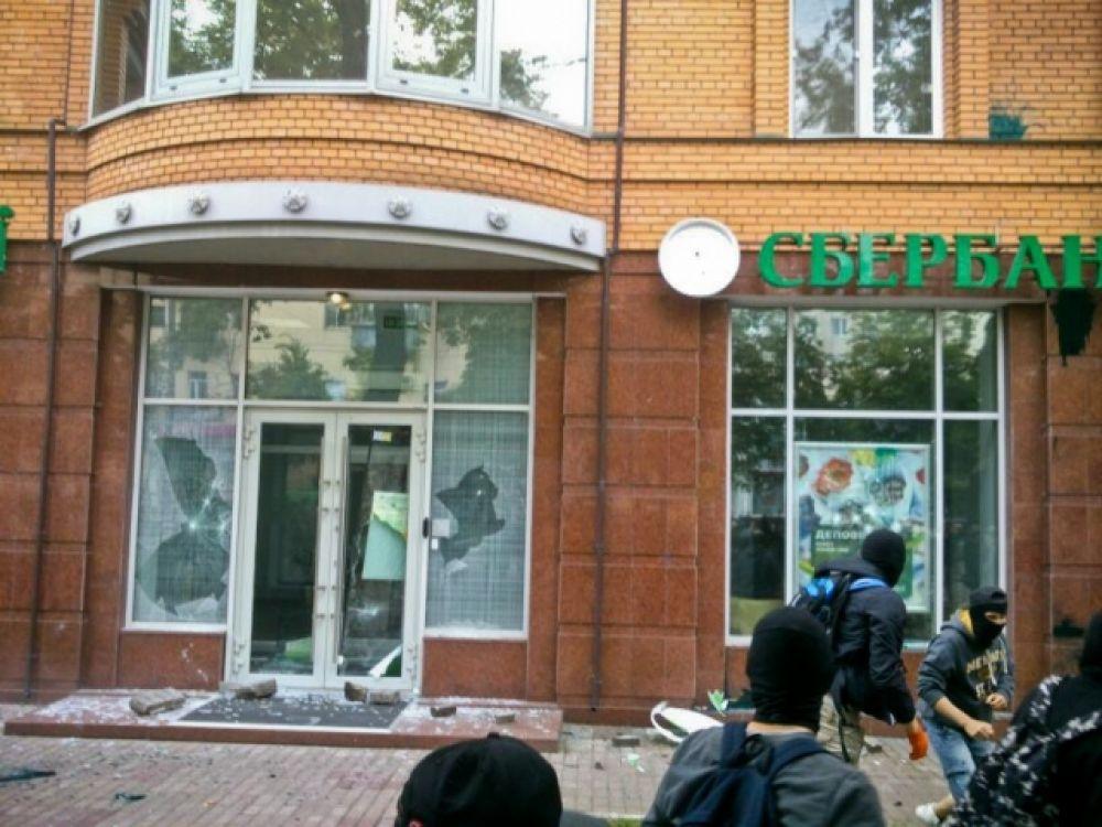 Неизвестные разгромили «Сбербанк России» в Киеве