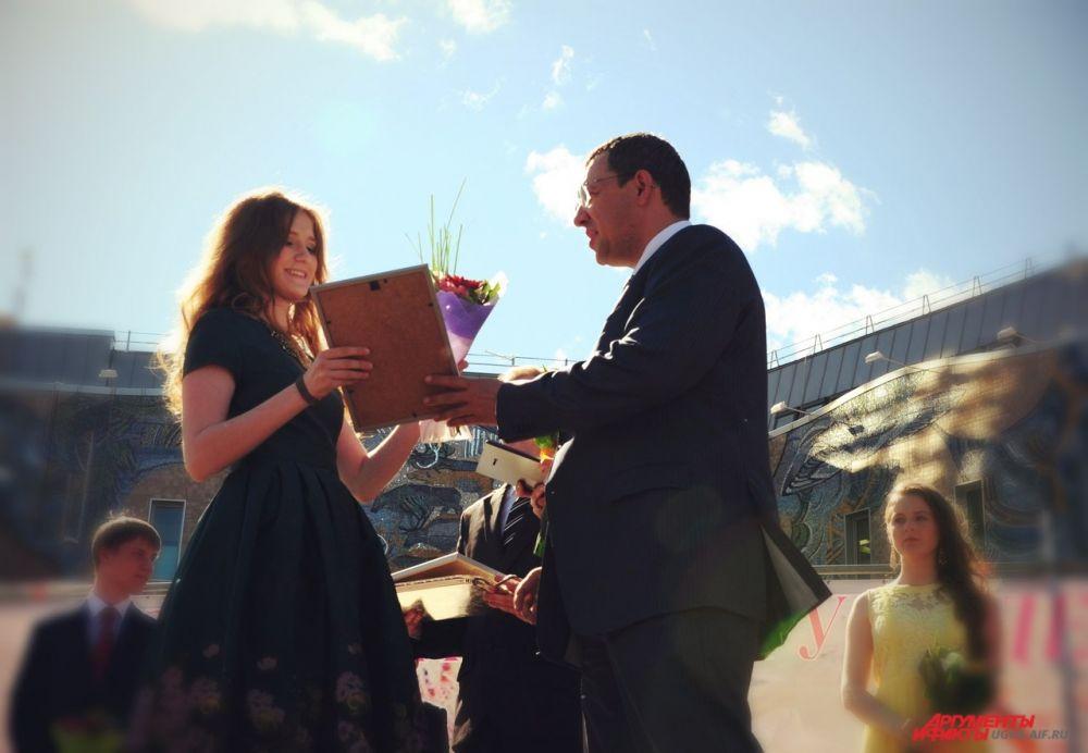 Лучшим из выпускников глава города Василий Филипенко вручил памятные медали «Надежда России».