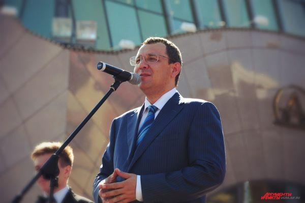 Перед выпускниками выступил глава города Василий Филипенко.