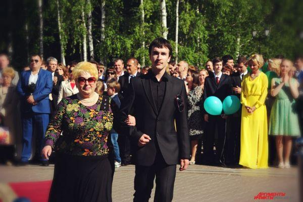 В начале церемонии старшеклассники прошли по красной ковровой дорожке со своими родителями.