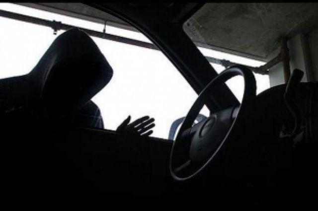 Автоугонщик всегда внимательно осматривает автомобиль.