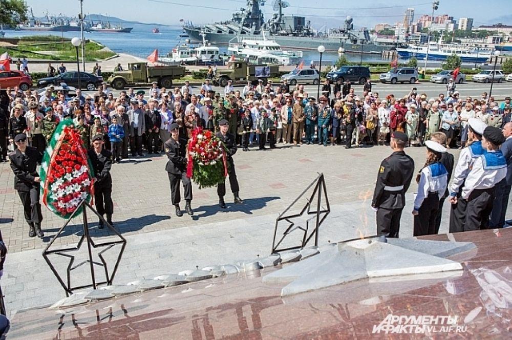Возложение венков у мемориала, посвящённого подвигу народа в Великой отечественной войне.
