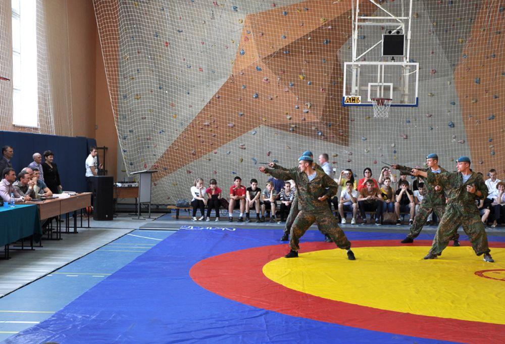 Десантники показали приёмы боевого самбо.