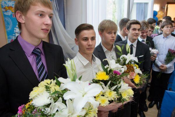 Ребята приготовились дарить учителям букеты цветов.