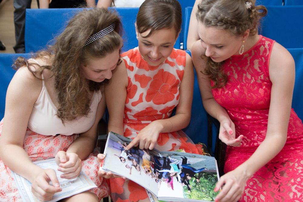 Альбом с фотографиями школьной жизни.
