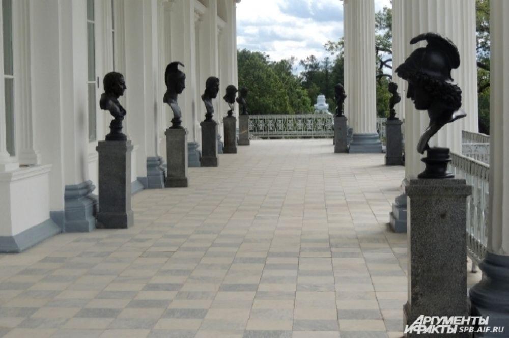 На втором ярусе Камероновой галереи установлены скульптуры философов.