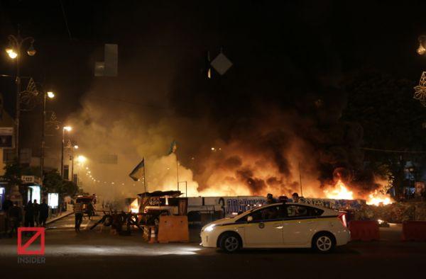 Горящая баррикада на Крещатике в Киеве