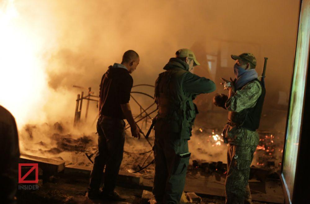 Активисты пытаются погасить пламя