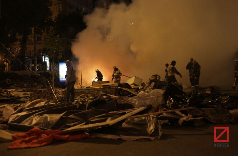 Пожар начался на баррикаде возле ЦУМа