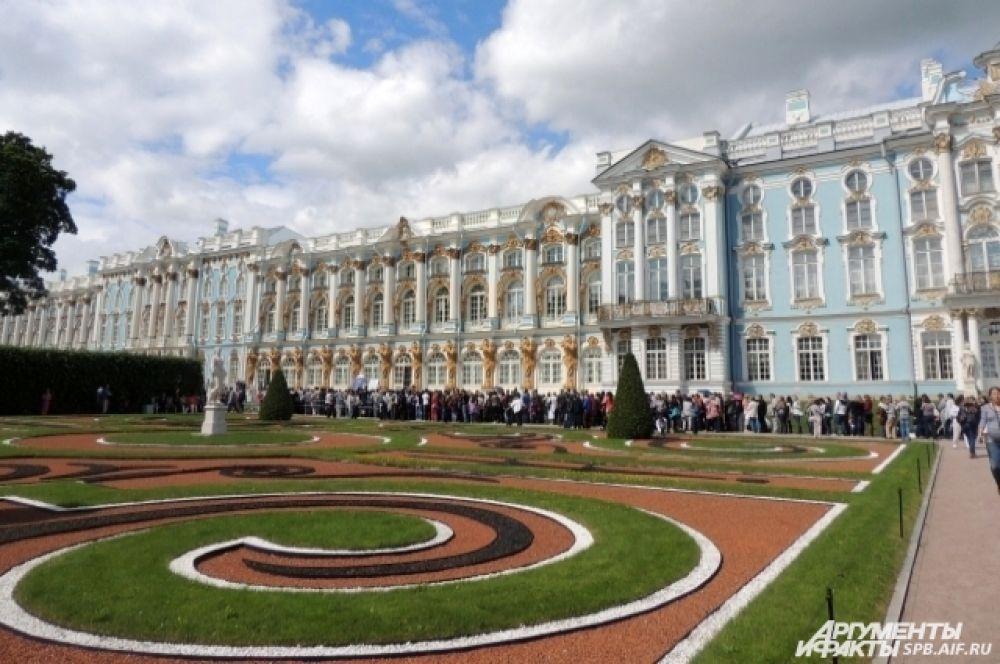 Екатерининский дворец поражает своей роскошью.