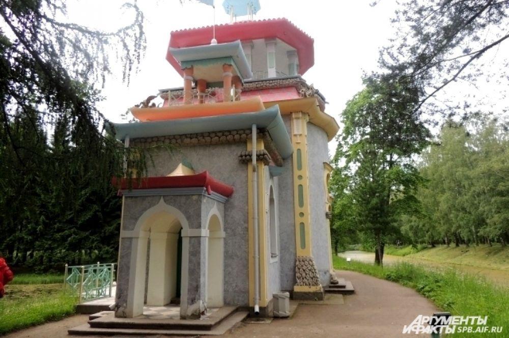 Домики в китайском стиле соседствуют со скульптурами и дворцами.