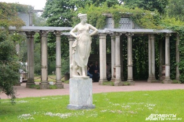 На территории паркового ансамбля в стиле XVIII века располагаются два дворца и более ста скульптур и памятников архитектуры.