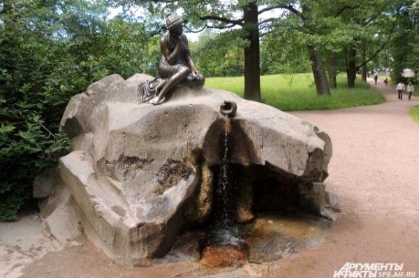 Девушка с кувшином - самый популярный фонтан парка.