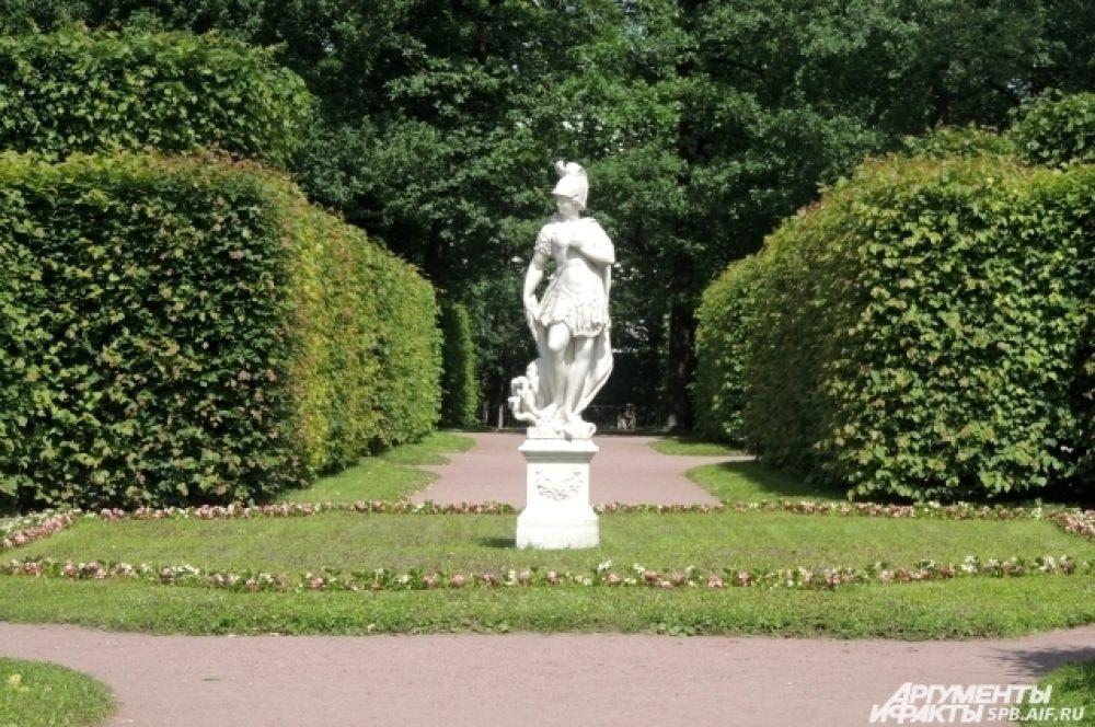 Живые ограды и лабиринты, пруды и скульптуры переносят туристов в эпоху Екатерины и Елизаветы.
