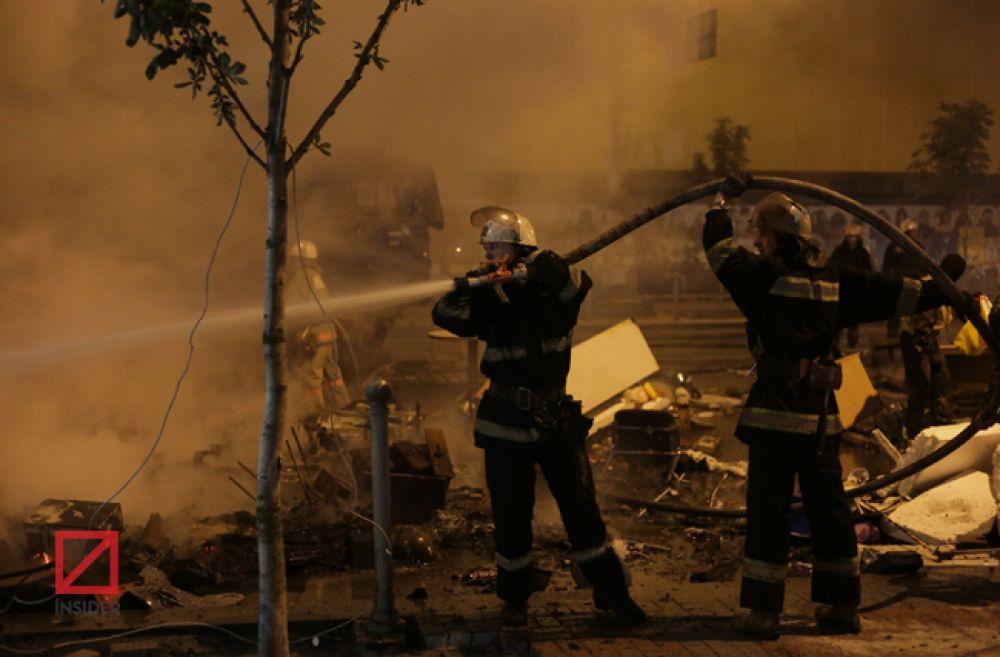 Столичные огнеборцы гасят огонь на баррикаде