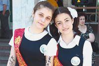 Мадина Бигаева (слева) и её подруга Алина Майрамова мечтают о самом главном - о мире!