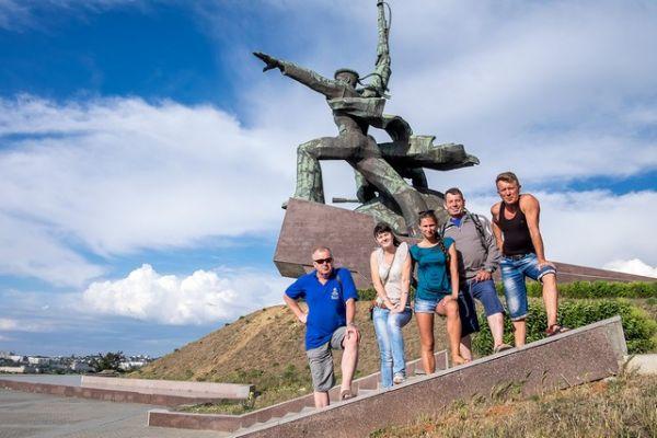 Команда у памятника матросу и солдату