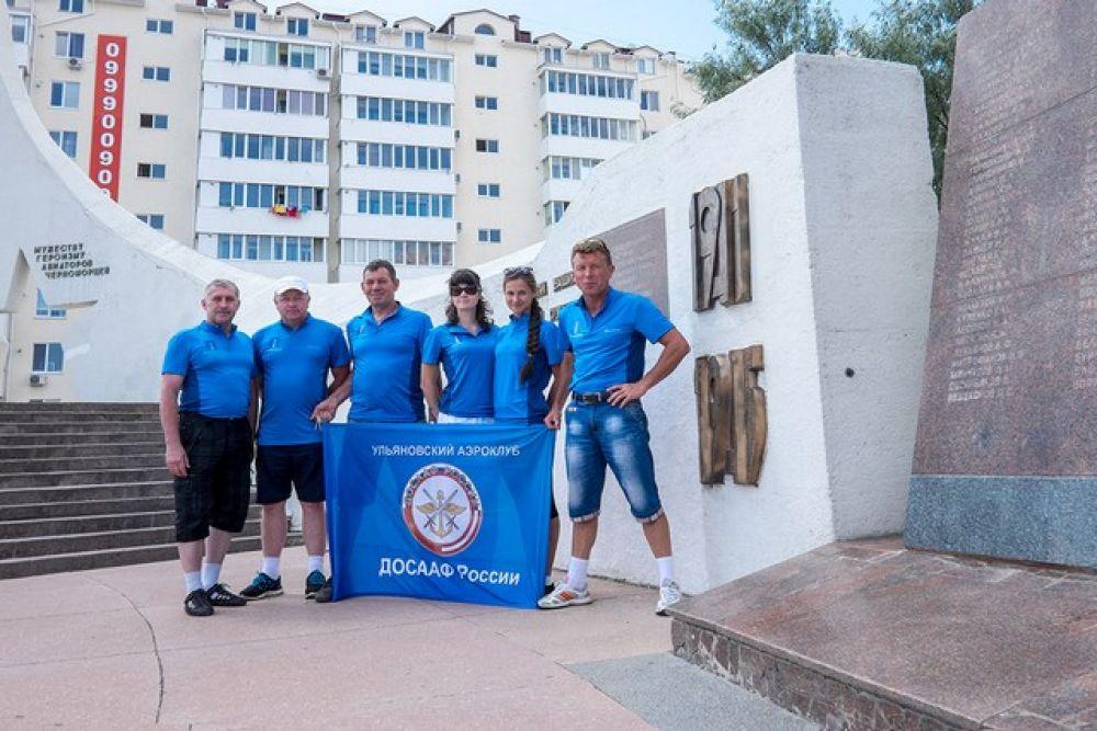Команда ульяновских парашютистов у памятника летчикам