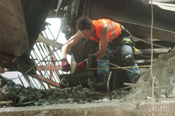 Развороченный железнодорожный мост после взрыва