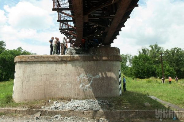 От взрыва были повреждены первые опоры, металлические конструкции и деревянные брусья одного из прогонов моста