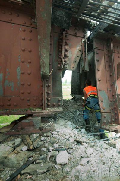 У моста обрушилась часть бетонной стойки