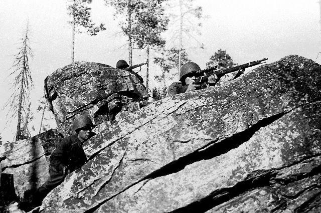Снайперы Советской армии сидят в засаде в районе Мурманска. 1 мая 1943 г.