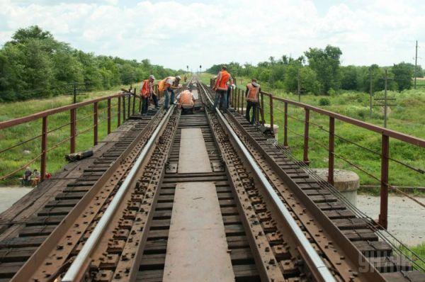 Разрушенный железнодорожный мост в Запорожской области