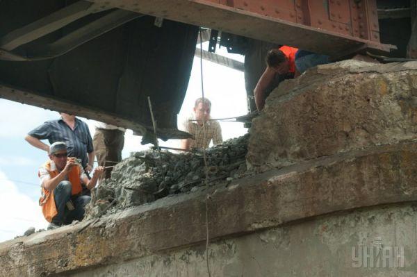 Вследствие взрыва было повреждено несколько метров железнодорожных путей
