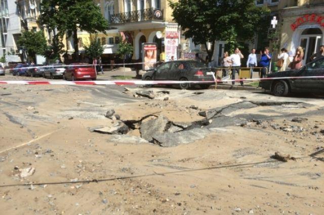 Прорвы теплотрассы на бульваре Шевченко в Киеве