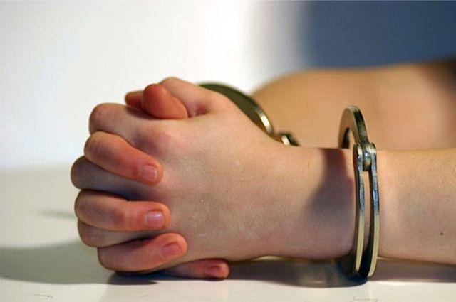 Преступница в наручниках