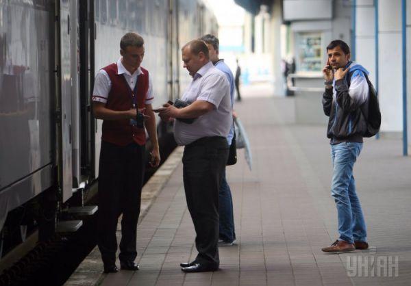 Пассажиры и проводник возле электропоезда