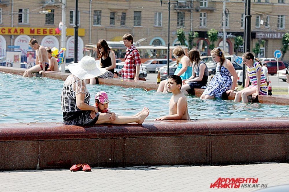 В эти жаркие дни фонтаны стали излюбленным местом у многих горожан.