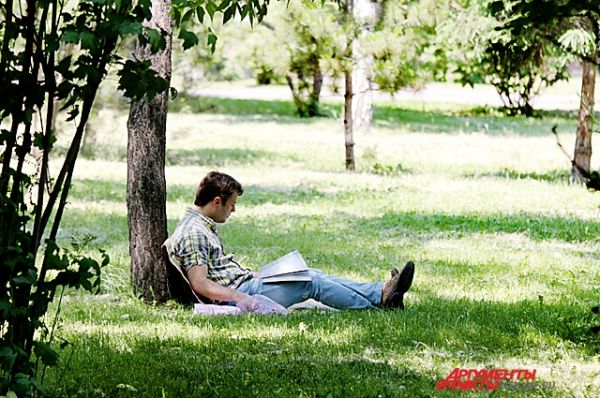 Под тенью деревьев в городских парках и скверах вполне можно скрыться от палящего солнца.